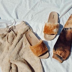 Shoes - 🆕️//The Cozy Collection// Camel fur slides